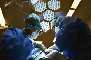 These two surgeons are working on a patient. Our Dublin Ohio malpractice attorneys can help you.